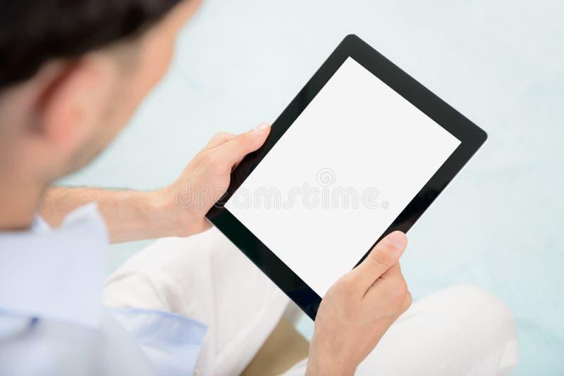 iPad de Apple da terra arrendada do homem nas mãos