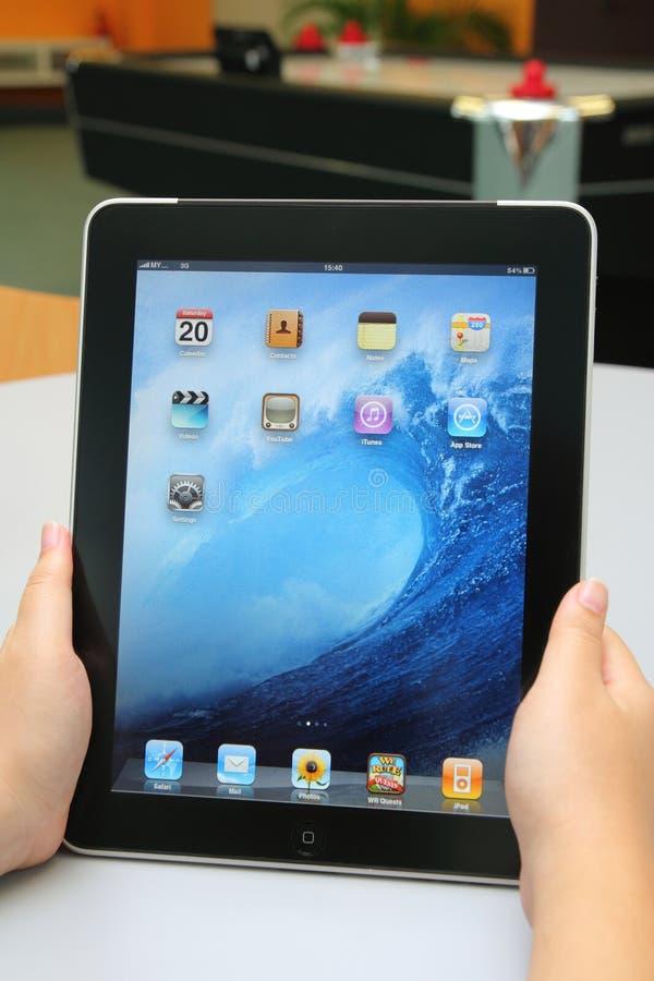 iPad de Apple en la mano fotos de archivo