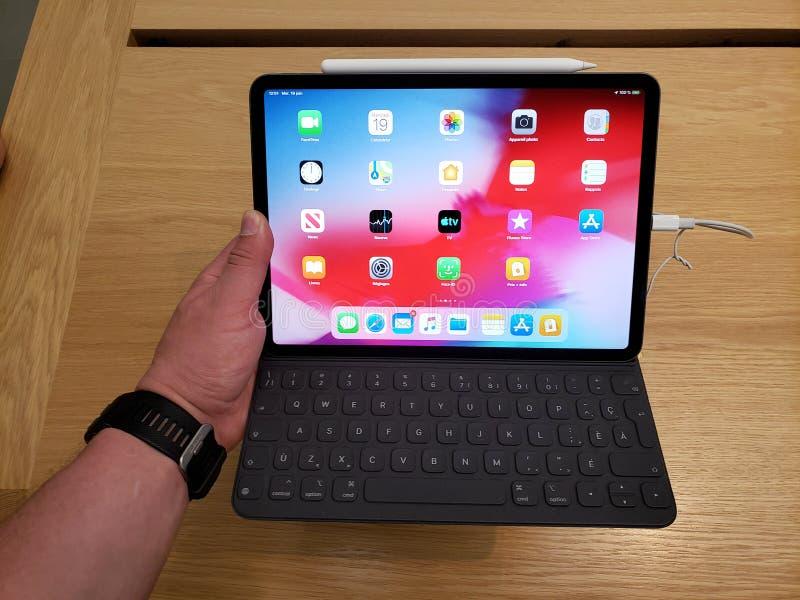 IPad de Apple FAVORABLE en una mano fotografía de archivo