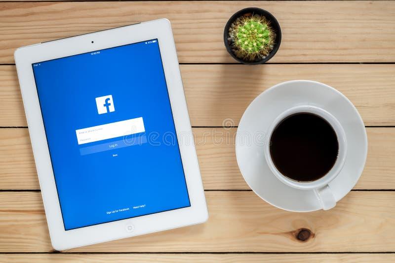 IPad 4 Facebook otwarty zastosowanie fotografia stock