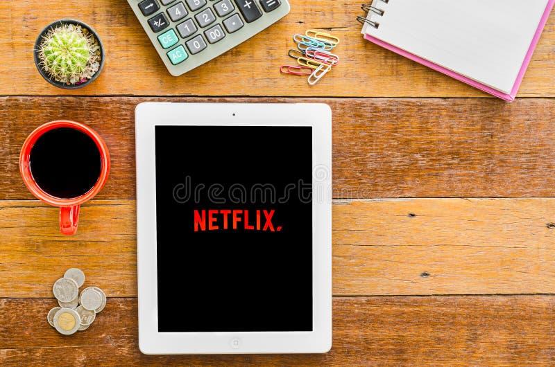 IPad 4 open Netflix-toepassing royalty-vrije stock fotografie