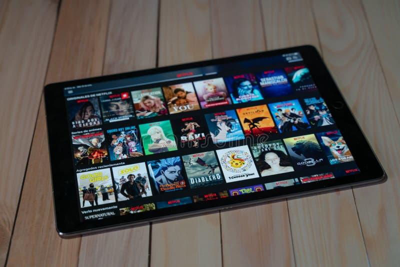 IPad Pro12 9种苹果片剂新产品使用Netflix,Netflix的是放出电影和电视剧一位全球性提供者  免版税库存照片