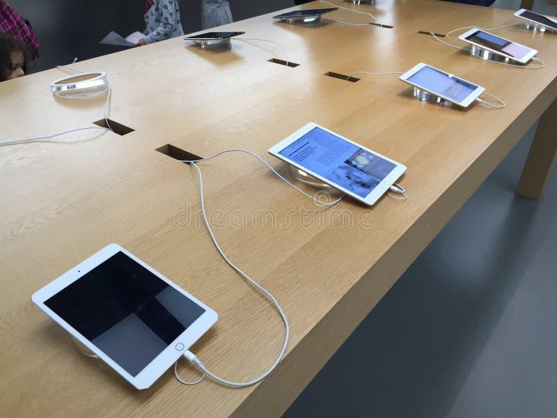iPads em Apple Store fotografia de stock