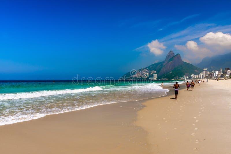 Ipanema et frère de Dois Irmao deux de plage et de montagne de Leblon en Rio de Janeiro photo stock