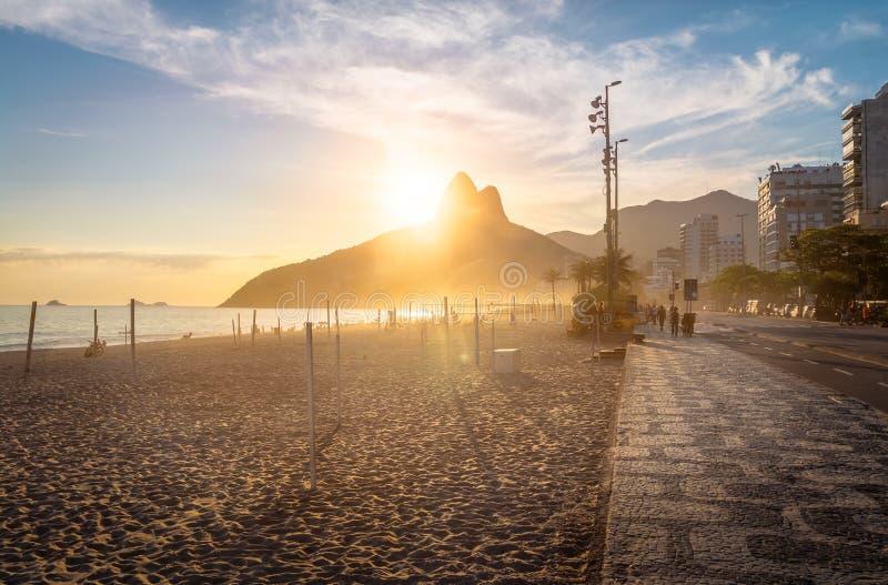 Ipanema strand och berg för två bröder på solnedgången - Rio de Janeiro, Brasilien royaltyfri foto