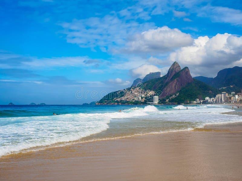Ipanema wyrzucać na brzeg, Leblon plaża w Rio De Janeiro, Brazylia zdjęcia royalty free
