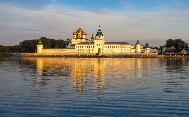 Ipatiev-Kloster der Heiligen Dreifaltigkeit an der Dämmerung, Kostroma, Russland lizenzfreie stockbilder