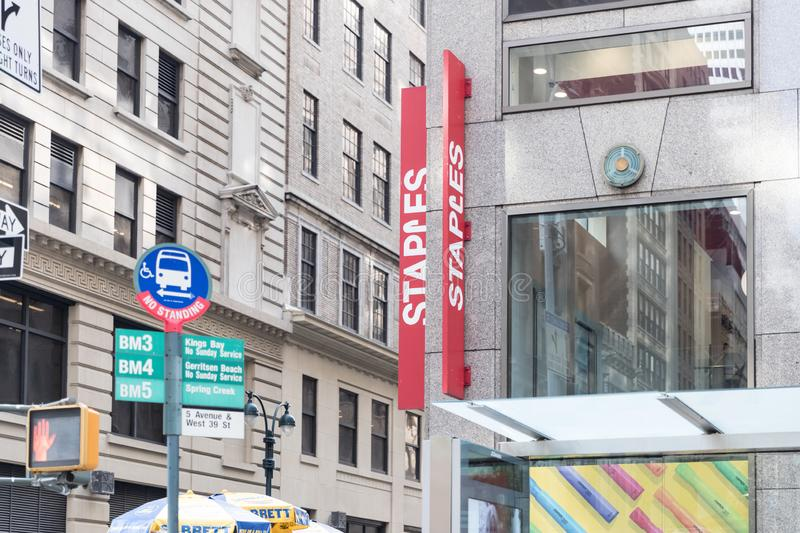 Ipermercato dell'ufficio di Staples a New York City fotografie stock