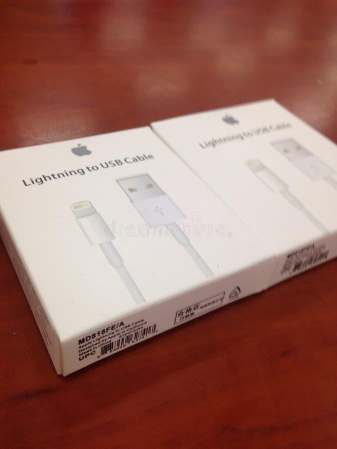 Iphone充电的缆绳 免版税库存图片