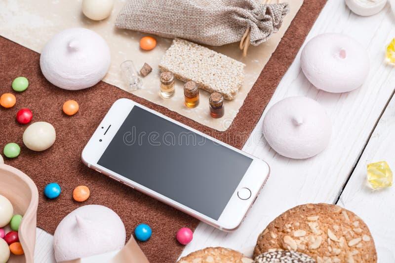 Iphone на белом деревянном настольном компьютере стоковое изображение