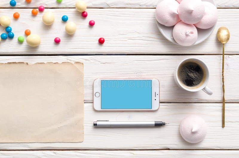 Iphone на белом деревянном настольном компьютере стоковая фотография