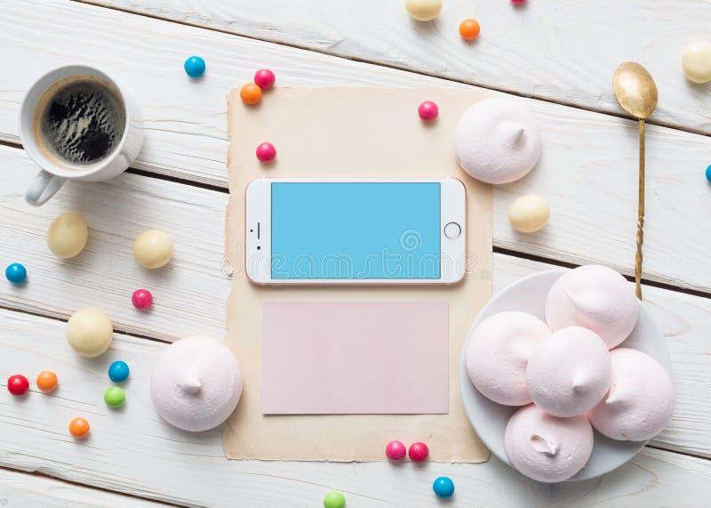 Iphone на белом деревянном настольном компьютере стоковое фото