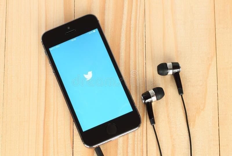 IPhone с логотипом Twitter на своем экране стоковое изображение