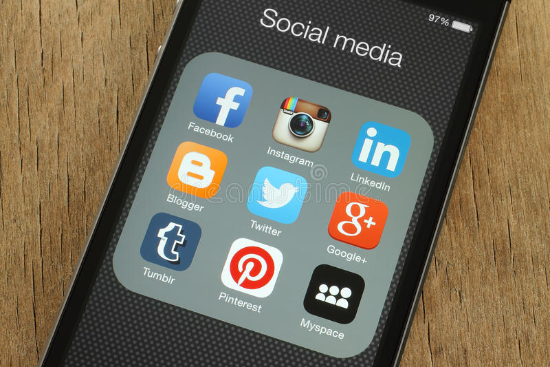 iPhone с популярными социальными значками средств массовой информации на своем экране стоковые фотографии rf