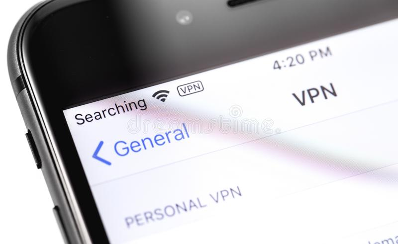IPhone Яблока крупного плана макроса с установками VPN на экране стоковая фотография