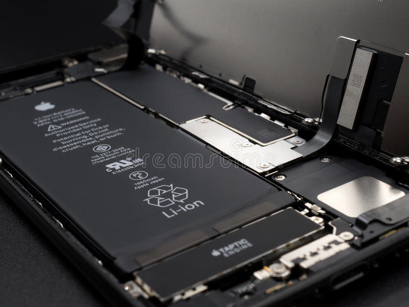 IPhone Яблока 7 демонтированных показывая компонентов внутрь стоковые фотографии rf