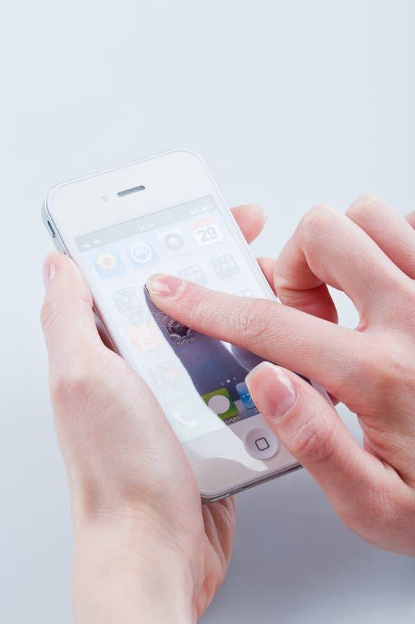 iphone 4 перстов держит женщин s белых стоковые изображения