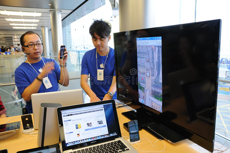 IPhone 5培训人在Apple存储 免版税库存图片