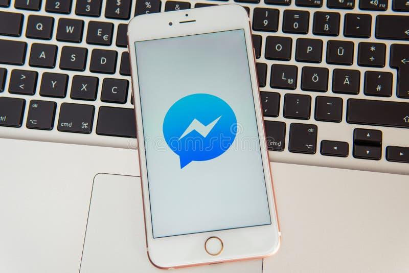 IPhone blanco con el logotipo del mensajero social de los medios en la pantalla foto de archivo