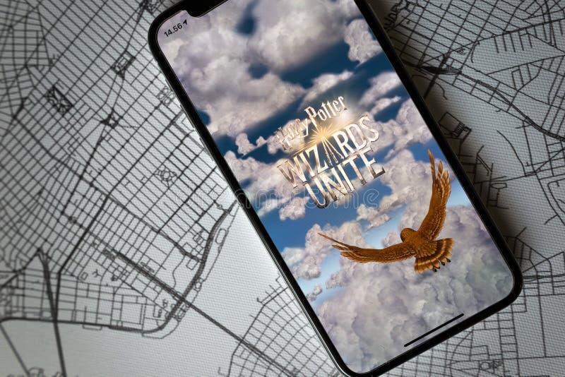 IPhone X che mostra il suo schermo con Harry Potter Wizards Unite immagine stock libera da diritti