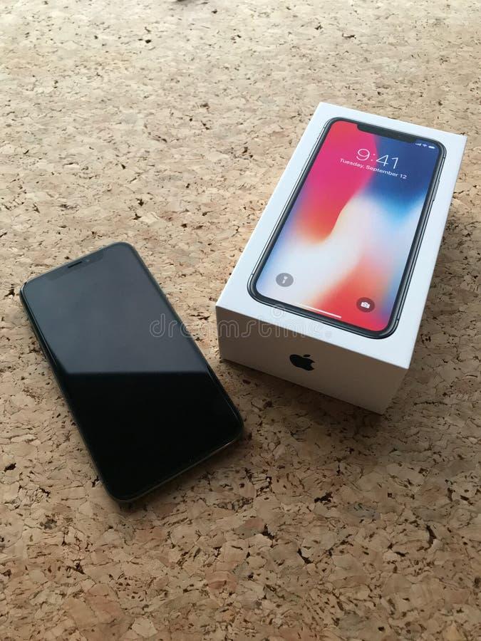 IPhone X con la scatola fotografie stock libere da diritti