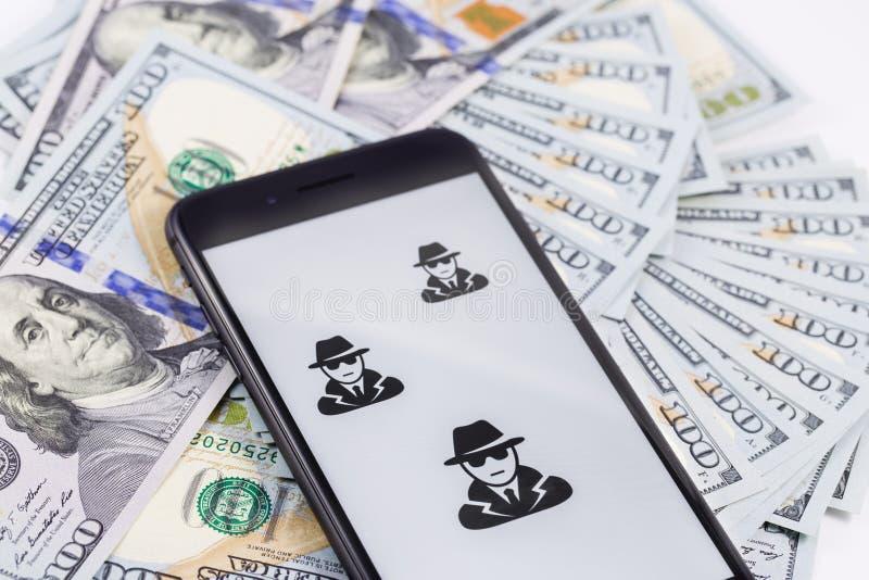 IPhone 8+ de Apple com anônimo e hacker e dinheiro fotos de stock royalty free