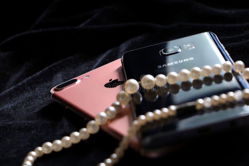 IPhone 7 de Apple más y nota 5 de la galaxia de Samsung foto de archivo libre de regalías