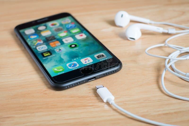 IPhone 7 de Apple y EarPods con el conector del relámpago imagen de archivo