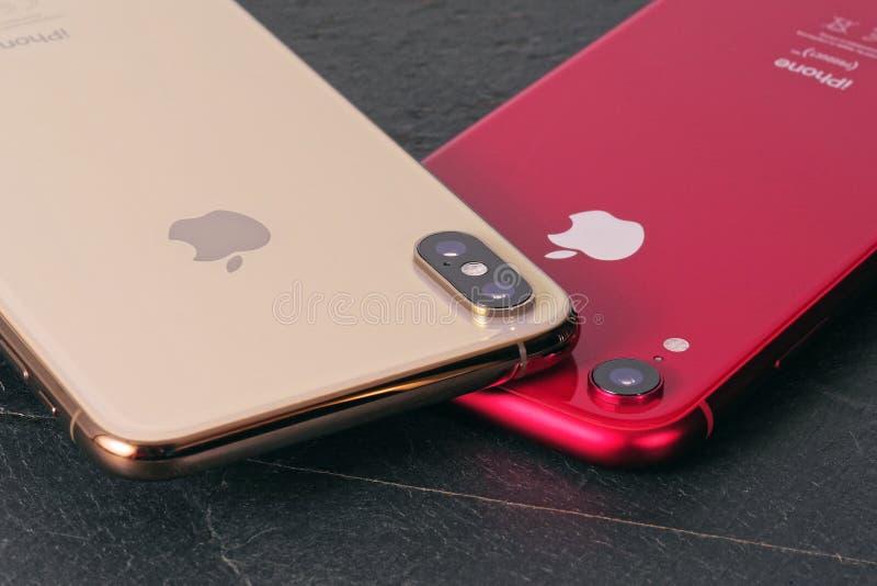 IPhone de oro iPhone máximo y rojo XR de XS imágenes de archivo libres de regalías