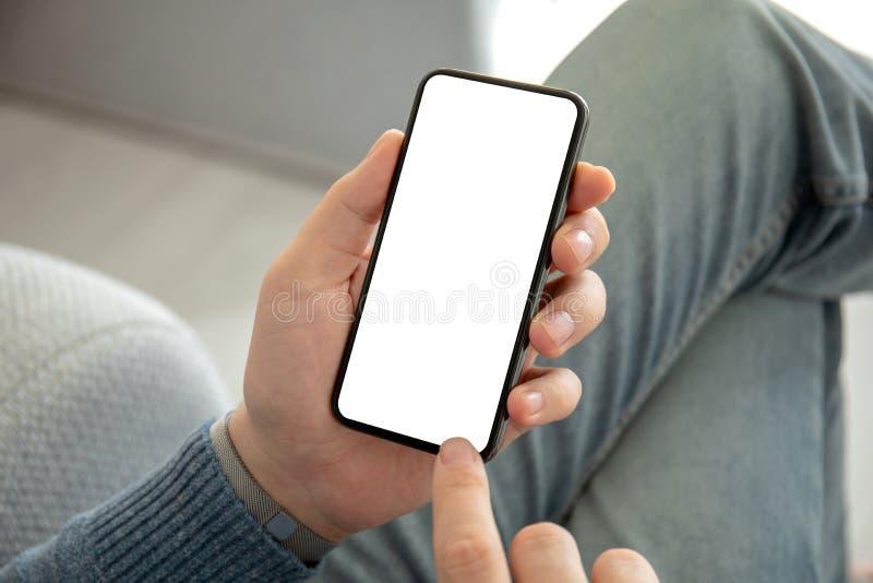 IPhone X della tenuta dell'uomo con il flusso continuo dei media video TikTok di servizio immagine stock