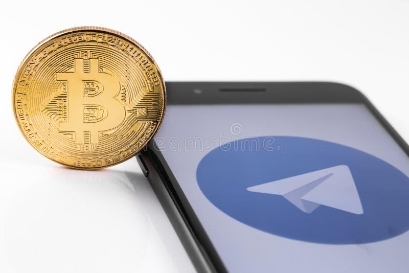 IPhone 8+ di Apple e logo del telegramma, bitcoin Ekaterinburg, Russia immagini stock