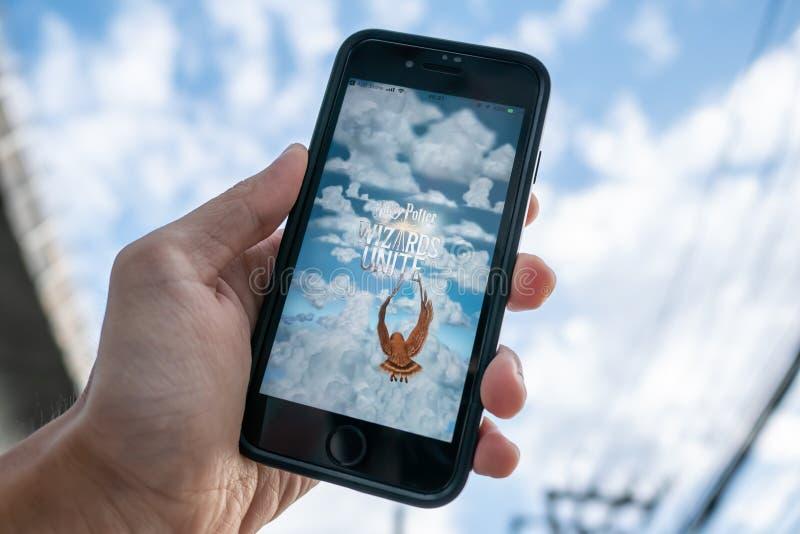 IPhone 7 die het zijn scherm met Harry Potter Wizards Unite-toepassing tonen stock afbeeldingen