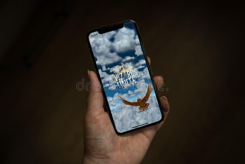 iPhone X die het zijn scherm met Harry Potter Wizards Unite tonen royalty-vrije stock foto