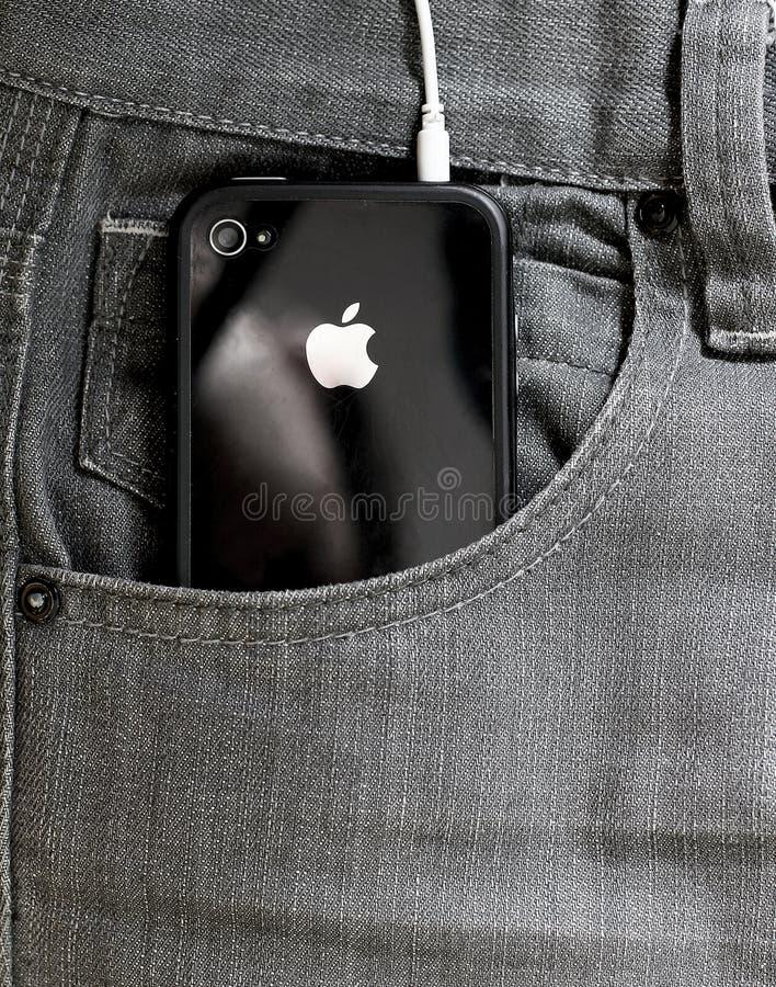 Iphone en un bolsillo de vaqueros. imágenes de archivo libres de regalías