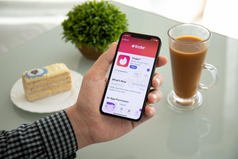 IPhone X för manhandinnehav med social knyta kontakt servicefnöske royaltyfri fotografi