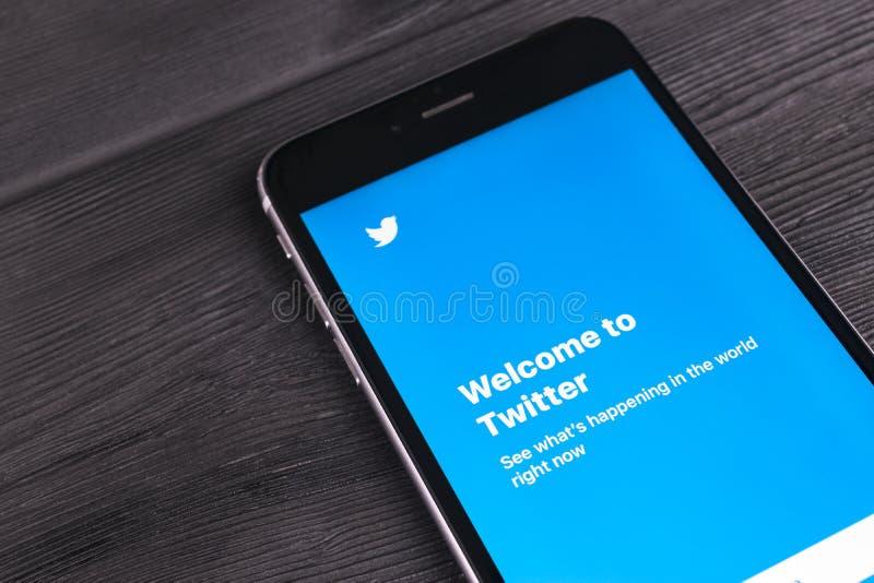 iphone 7 más en la tabla de madera Twitter abierto app Twitter es un establecimiento de una red social en línea y un servicio mic foto de archivo
