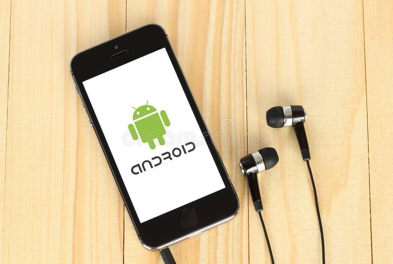 IPhone met Android logotype op het zijn scherm stock fotografie