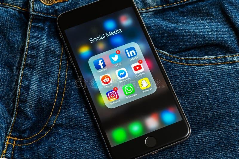 IPhone met pictogrammen van sociale media: instagram, youtube, reddit, facebook, tjilpen, snapchat, whatsapp toepassingen op het  stock afbeelding