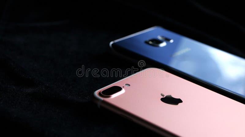 IPhone moderno y un teléfono androide moderno imágenes de archivo libres de regalías