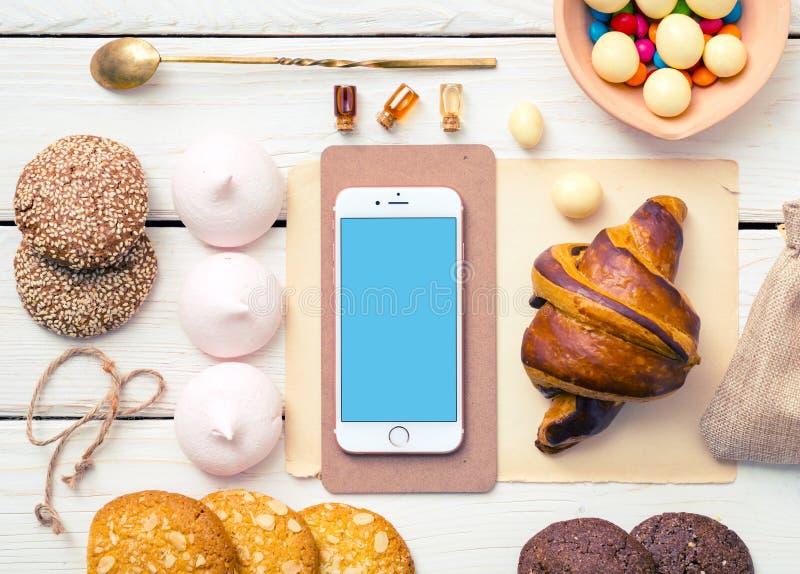 Iphone no desktop de madeira branco fotografia de stock