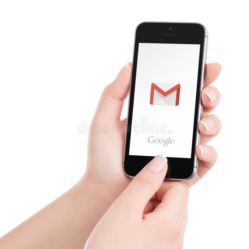 Iphone noir 5s d'Apple avec le logo de Google Gmail APP sur l'affichage photos stock