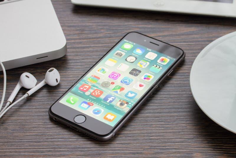 Iphone 6 på den funktionsdugliga tabellen arkivfoto