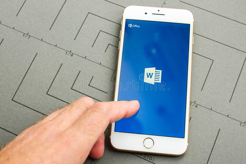 IPhone 7 plus en Microsoft Word app royalty-vrije stock foto