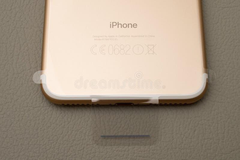 IPhone 7 plus podwójna kamera unboxing graved gatunek na złocistym telefonie fotografia royalty free