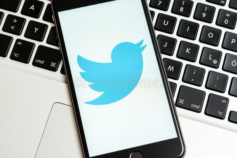 IPhone preto com logotipo de meios sociais Twitter na tela imagens de stock royalty free