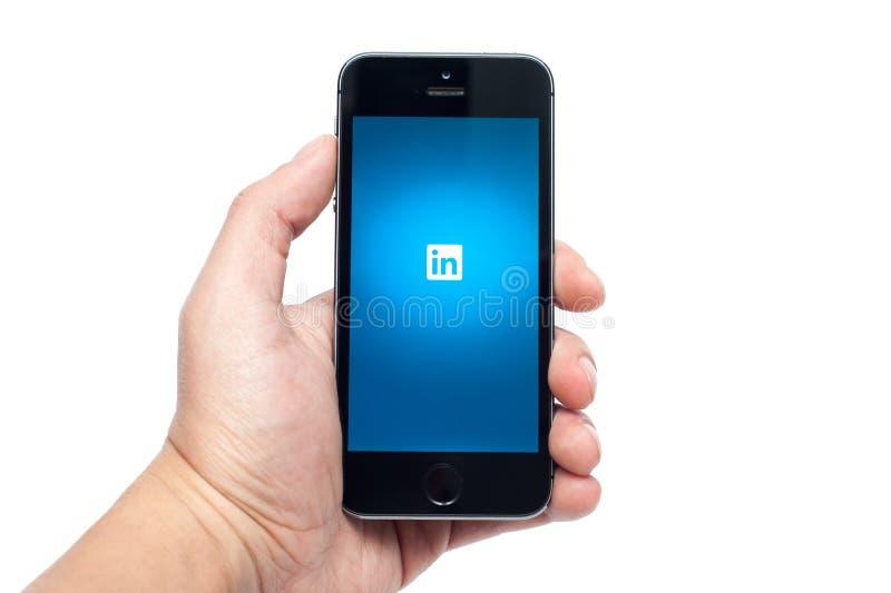 IPhone 5S和LinkedIN app 免版税库存图片