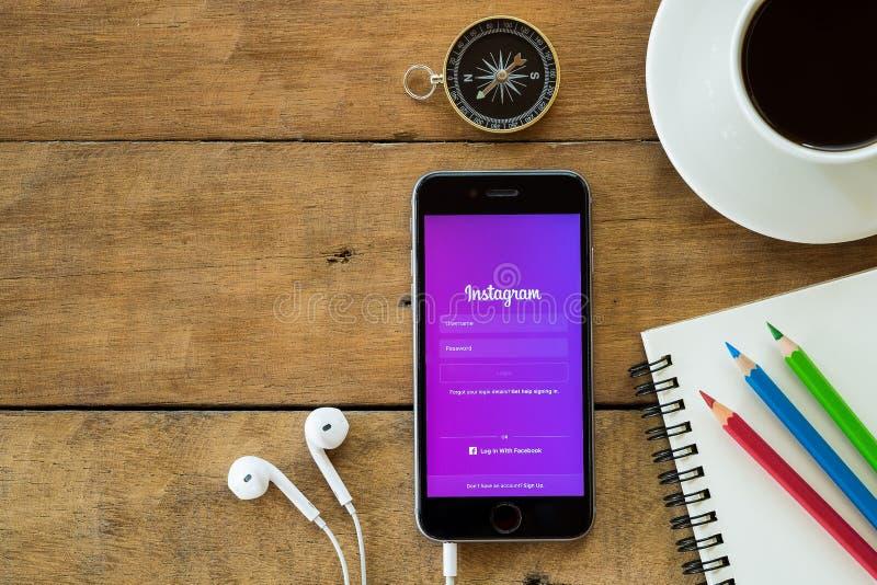 Iphone 6s öffnen Instagram-Anwendung lizenzfreie stockfotos