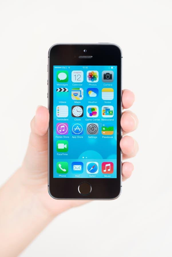 IPhone 5S Яблока в руке стоковая фотография rf