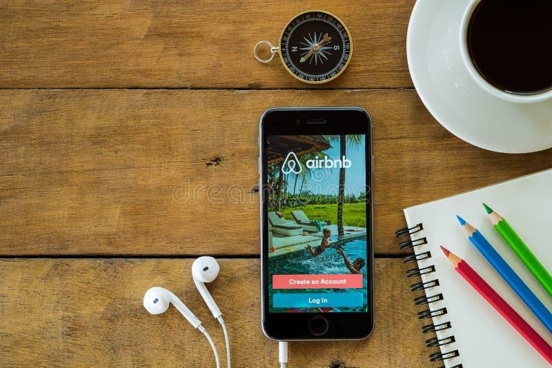 Iphone 6s apre l'applicazione di Airbnb fotografia stock