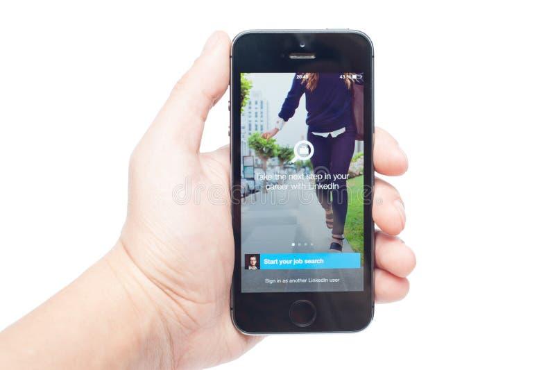 IPhone 5s con il lavoro app di LinkedIn fotografia stock